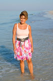走在海滩的可爱的妇女 库存图片