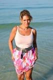 走在海滩的可爱的妇女 免版税库存照片