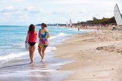 走在海滩的女孩Varadero在古巴 免版税库存图片