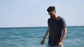 走在海滩的年轻运动人 影视素材