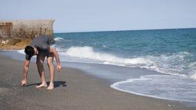 走在海滩的年轻运动人 股票录像