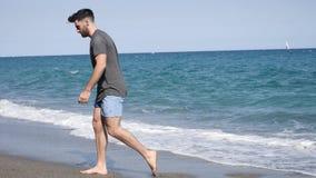 走在海滩的年轻运动人 股票视频