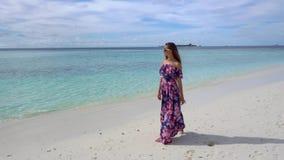 走在海滩的愉快的妇女在海洋附近在马尔代夫 股票视频