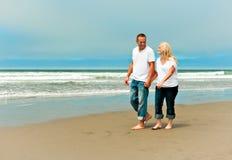 走在海滩的新夫妇 免版税库存照片
