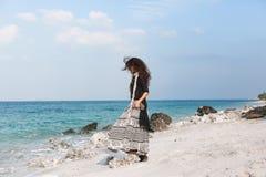 走在海滩的时髦的年轻时髦的女人 库存图片