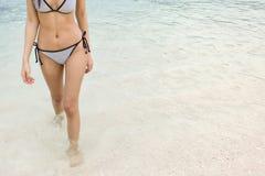 走在海滩的比基尼泳装,放松在夏天 免版税库存照片