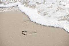 走在海滩的脚印 免版税库存照片