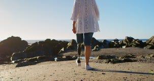 走在海滩4k的残疾妇女 股票录像