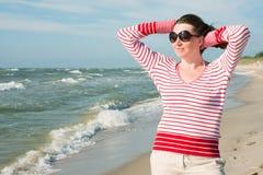 走在海的妇女 图库摄影