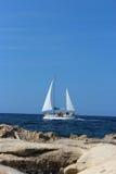 走在海的游艇(垂直) 图库摄影