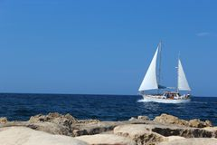 走在海的游艇 免版税库存图片