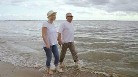 走在海边的愉快的退休的人一起享受周末 影视素材