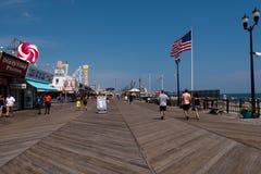 走在海边高度木板走道 免版税库存照片