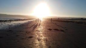 走在海滩日落 库存照片