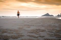 走在海滩的一个人 库存照片