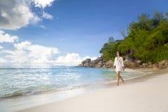 走在海滩的一名美丽的妇女 图库摄影