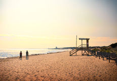 走在海滩的二名妇女 免版税库存图片