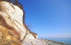 走在海滩的人们吕根岛海岛 库存照片