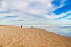 走在海滩的人们在巴伦西亚 库存图片