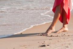走在海滩的单独妇女 免版税库存照片