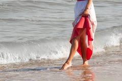 走在海滩的单独妇女 免版税图库摄影
