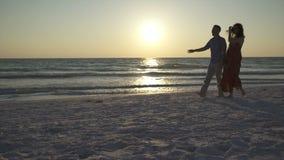 走在海滩的夫妇在日落(10 23) 股票录像