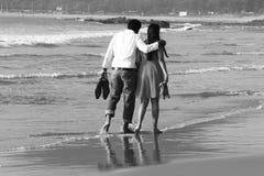 走在海滩的夫妇 免版税库存图片