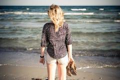 走在海滩的女孩 免版税库存照片