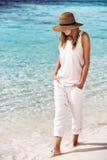 走在海滩的好女孩 免版税库存图片