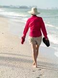 走在海滩的妇女 免版税库存图片