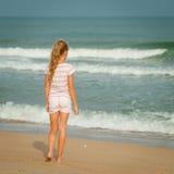 走在海滩的孤独的女孩 图库摄影