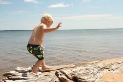 走在海滩的幼儿 免版税图库摄影