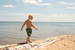 走在海滩的幼儿 免版税库存图片