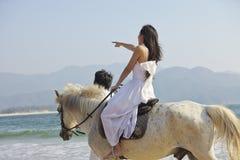 走在海滩的恋人 免版税库存照片