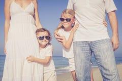 走在海滩的愉快的家庭在天时间 图库摄影