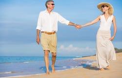 走在海滩的浪漫夫妇 免版税库存照片