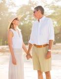 走在海滩的浪漫夫妇 图库摄影