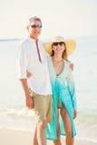 走在海滩的浪漫夫妇 库存照片