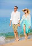 走在海滩的浪漫夫妇 免版税库存图片
