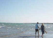 走在海滩的浪漫资深夫妇 免版税图库摄影