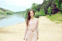 走在海滩的美丽的肉欲的女孩 免版税图库摄影