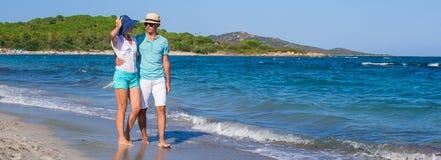 走在海滩的美好的年轻夫妇在期间 库存照片
