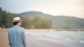 走在海滩的年轻亚裔人 库存照片