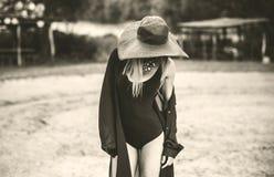 走在海滩的年轻俏丽的妇女 免版税库存图片