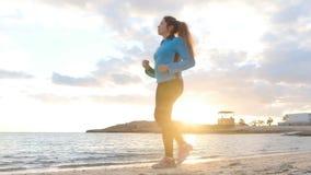 走在海滩的年轻健身妇女在夏天 影视素材