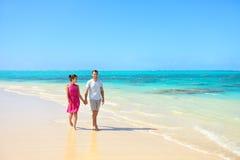 走在海滩风景的暑假夫妇 免版税库存照片