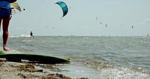 走在海4k的Kiteboarders 影视素材