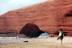 走在海滩Legzira的女孩 摩洛哥 库存图片
