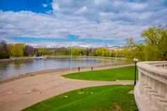 走在湖的边界的未认出的人民有一个华美的风景的与胜利的河Svisloch 库存图片