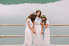 走在湖附近的妈妈和两个女儿 库存图片